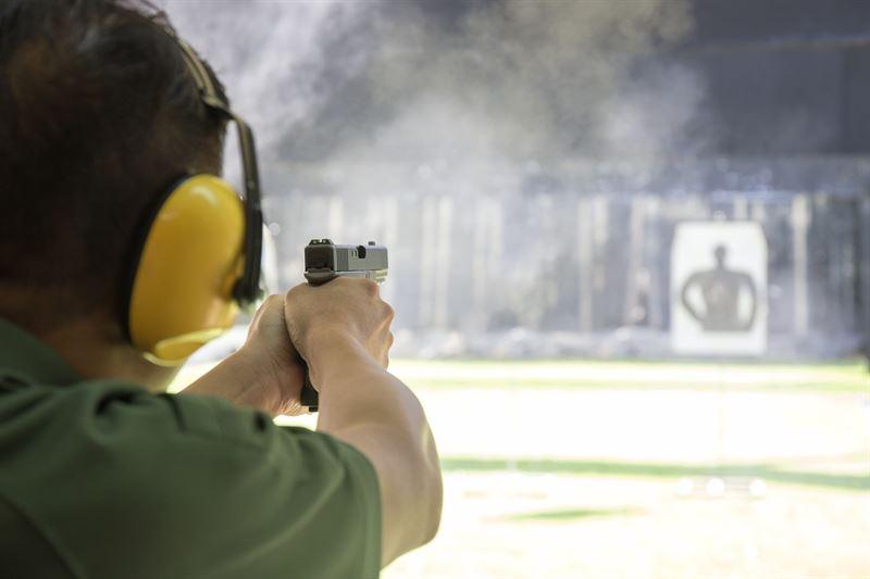 Prawo do użycia broni przez podmioty uprawnione. Co mówi na ten temat art. 47 Ustawy o środkach przymusu bezpośredniego i broni palnej?